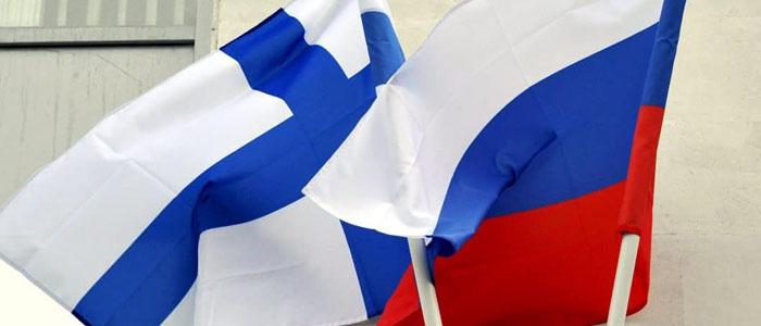 Suomen ja venäjän liput pöydällä